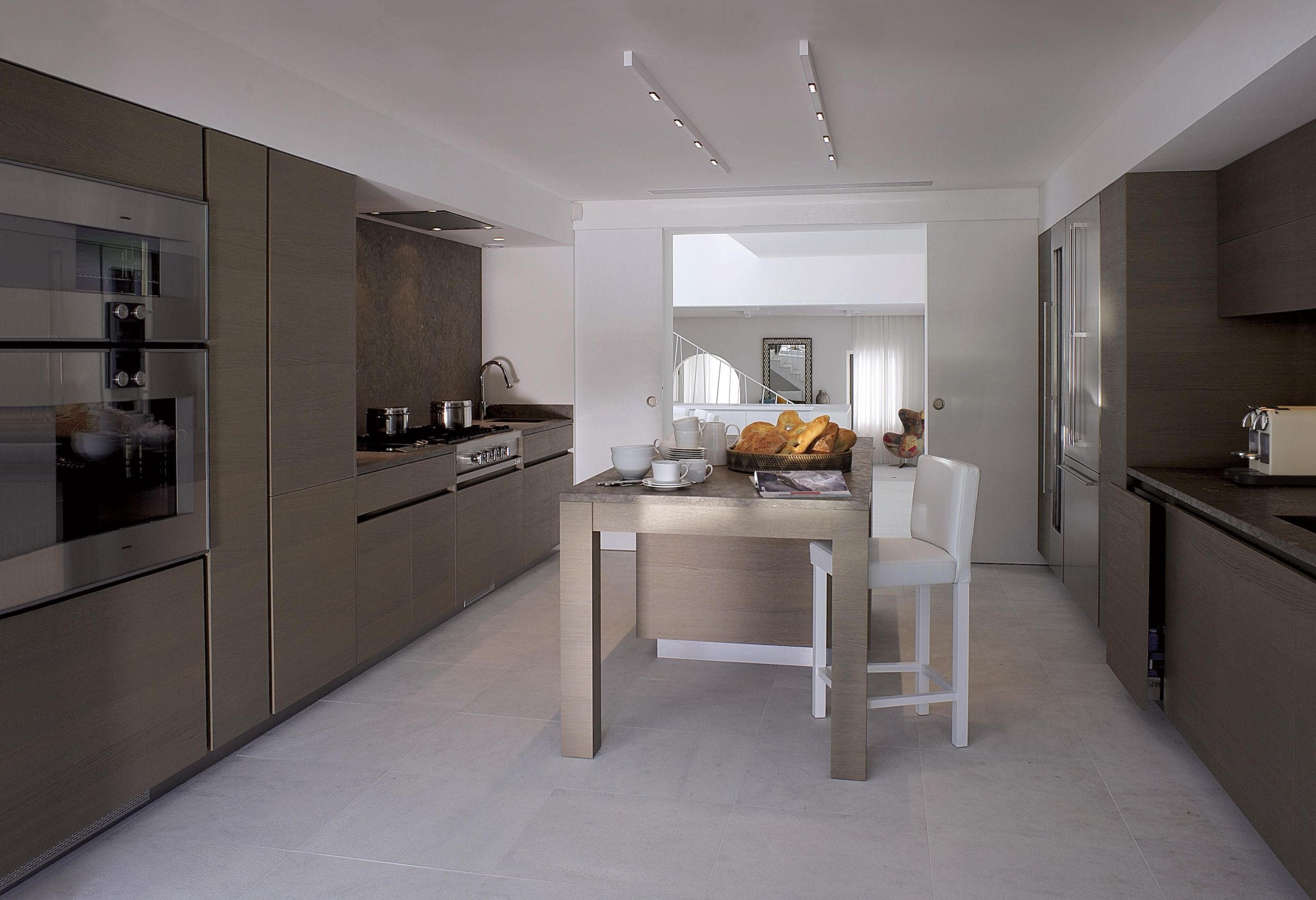 Îlot central chaleureux et convivial dans une cuisine contemporaine