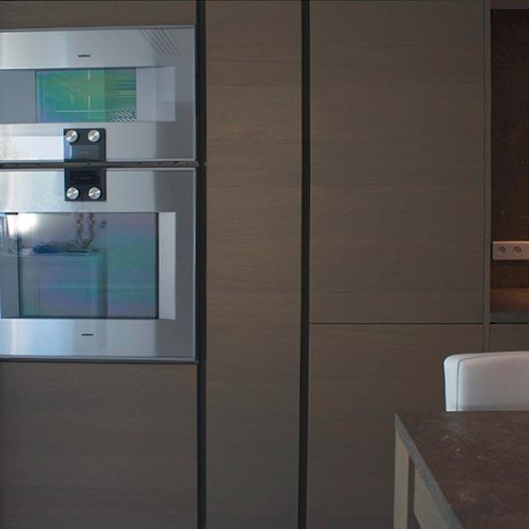 Îlot central chaleureux et convivial dans une cuisine contemporaine - 1