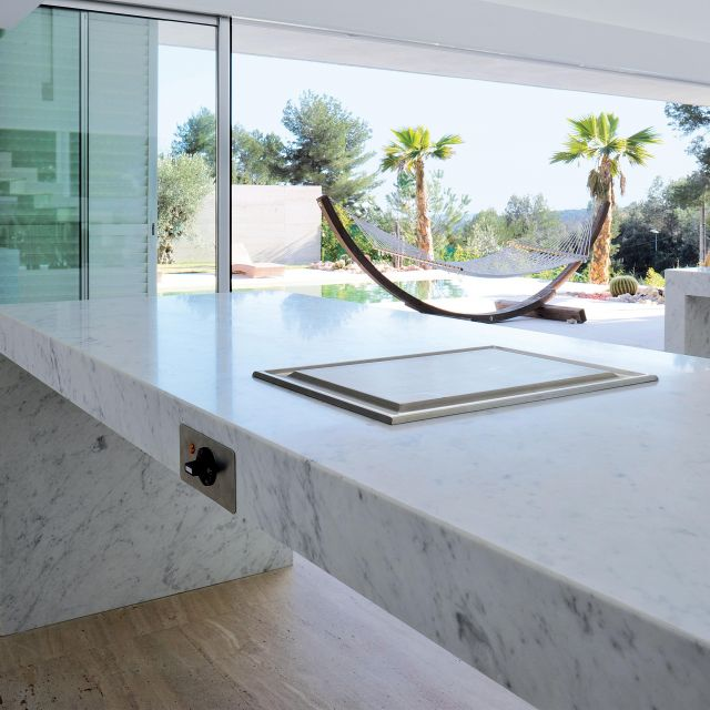Immaculate white lacquer kitchen with Carrera marble countertops - 1