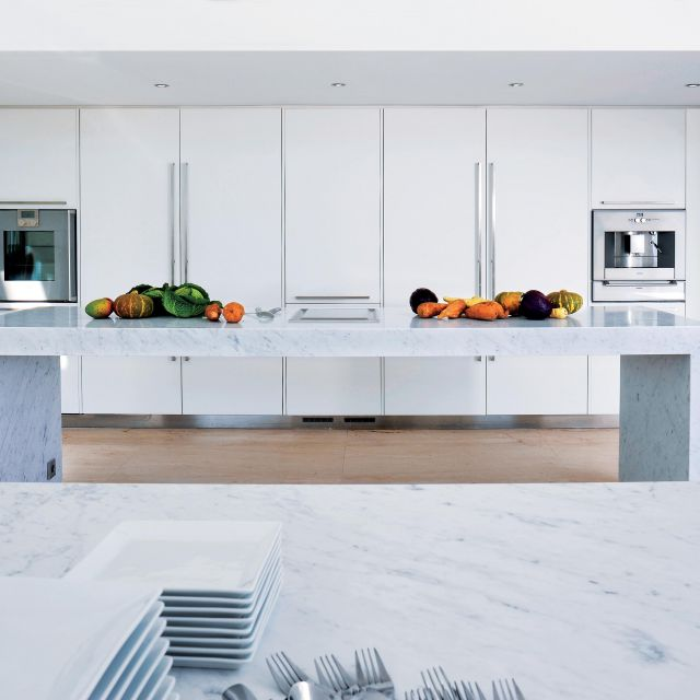 Immaculate white lacquer kitchen with Carrera marble countertops - 2