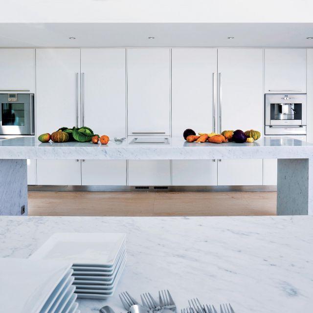 Cuisine laquée d'un blanc immaculé, associé au marbre de Carrare - 2