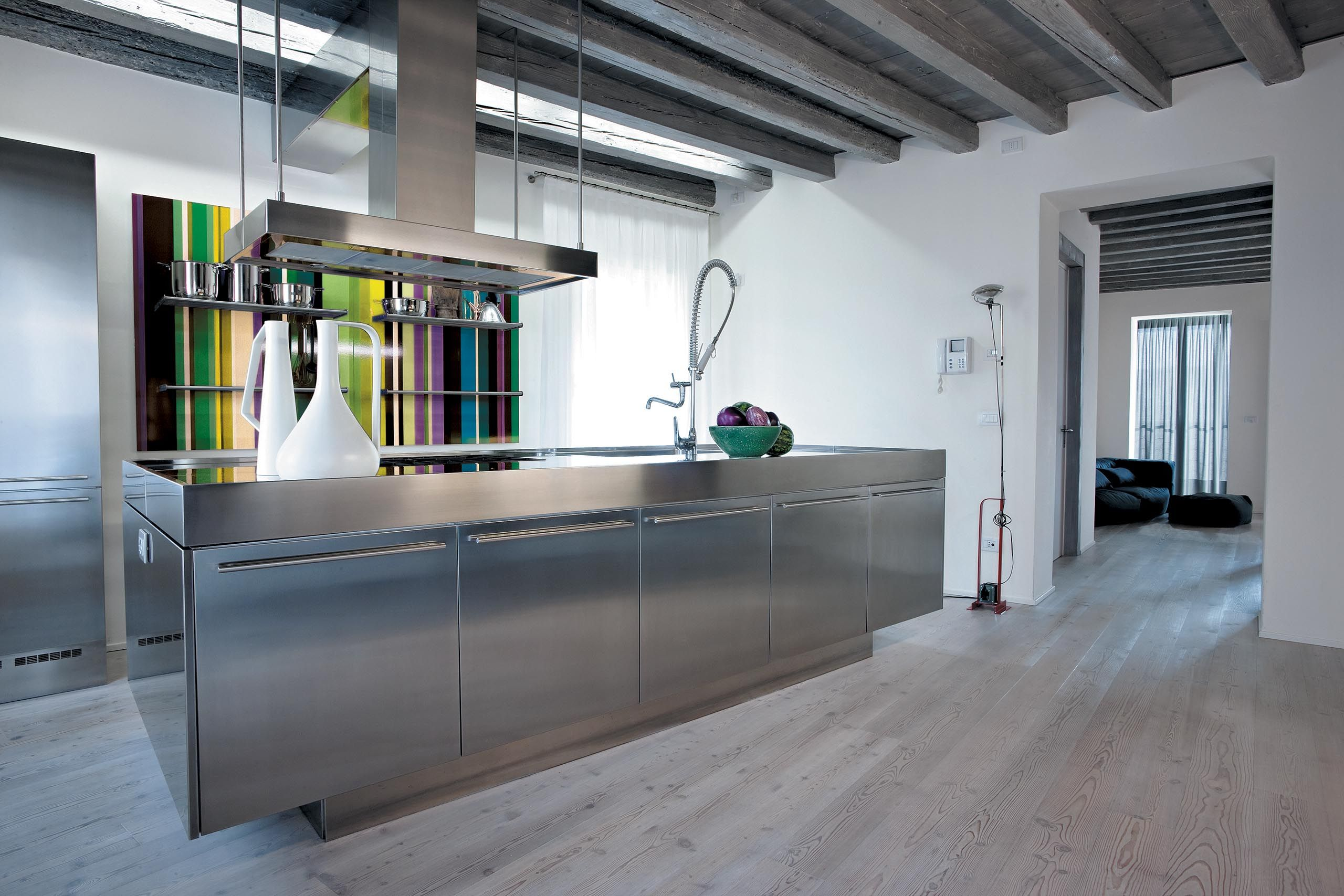 A stainless steel kitchen with bold coordinated design