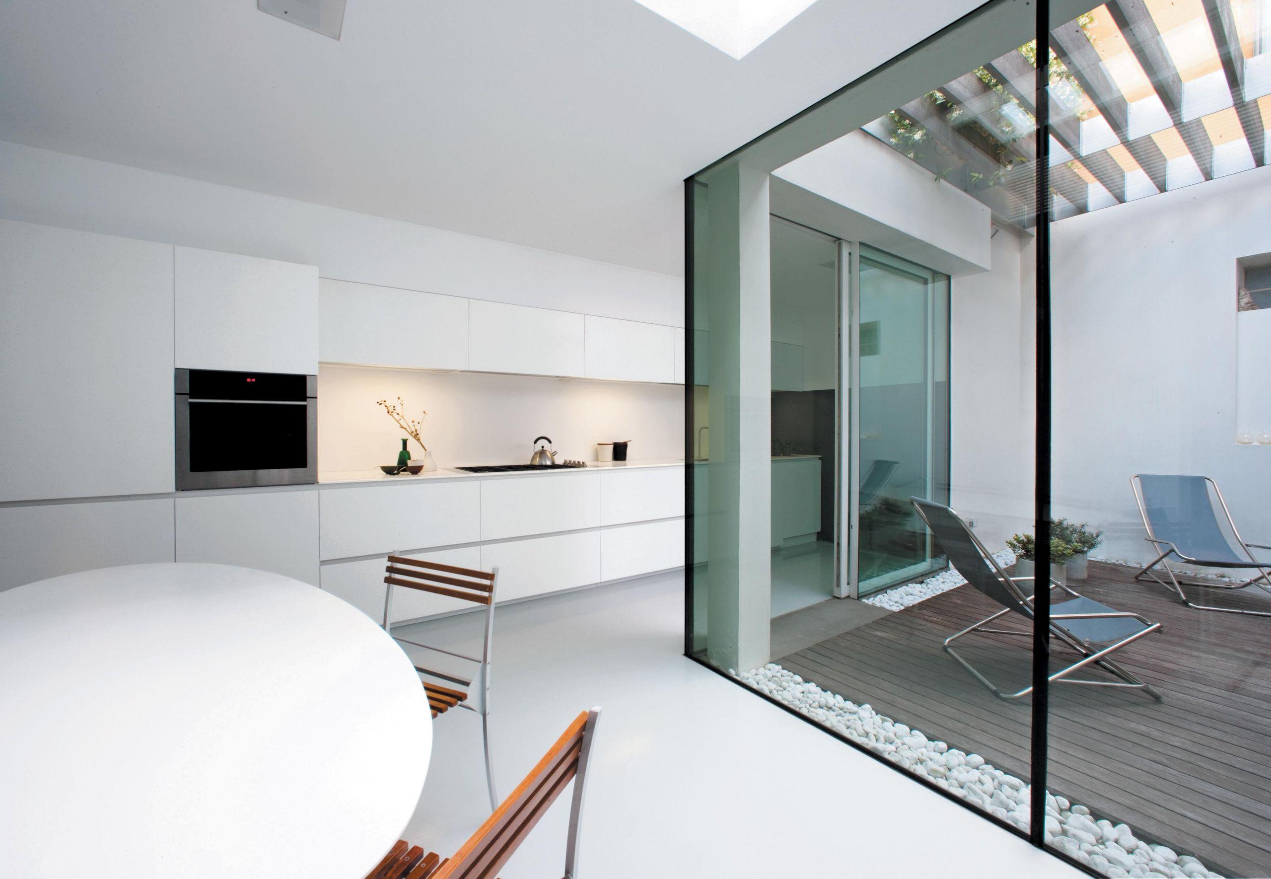 Super sleek lacquered kitchen featuring well-balanced and light-filled design