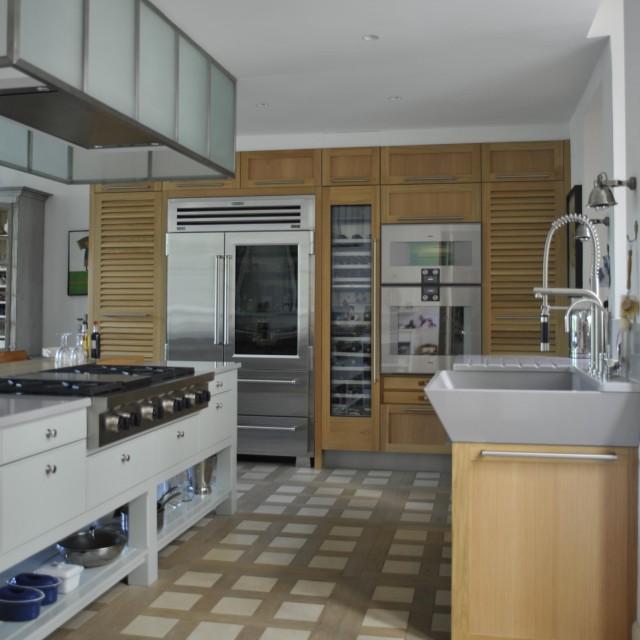 Cuisine classique associant chêne naturel et bois laqué îlot majestueux - 1