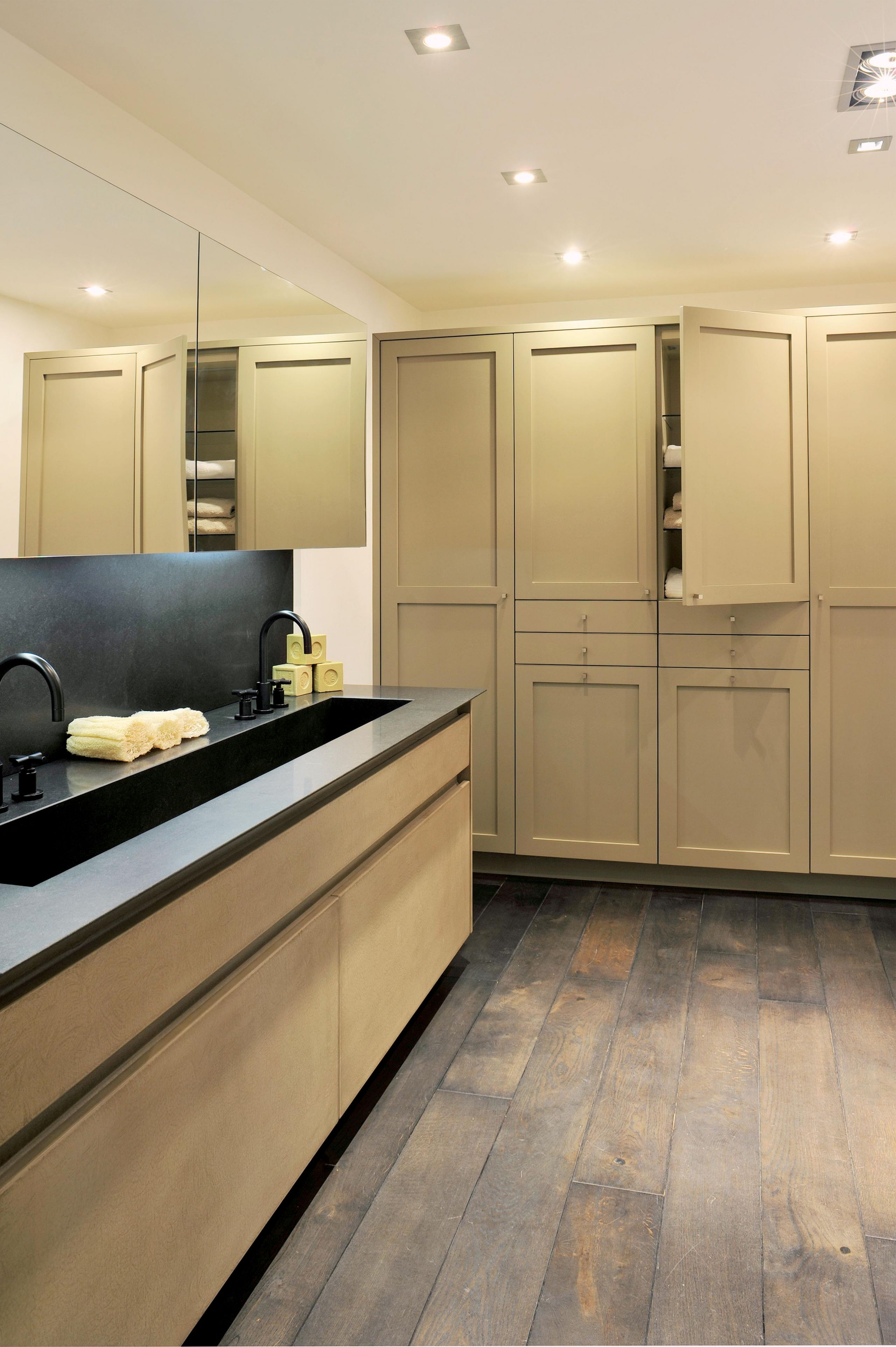salle de bain granit monolithique et mati res profondes atelier de saint paul. Black Bedroom Furniture Sets. Home Design Ideas