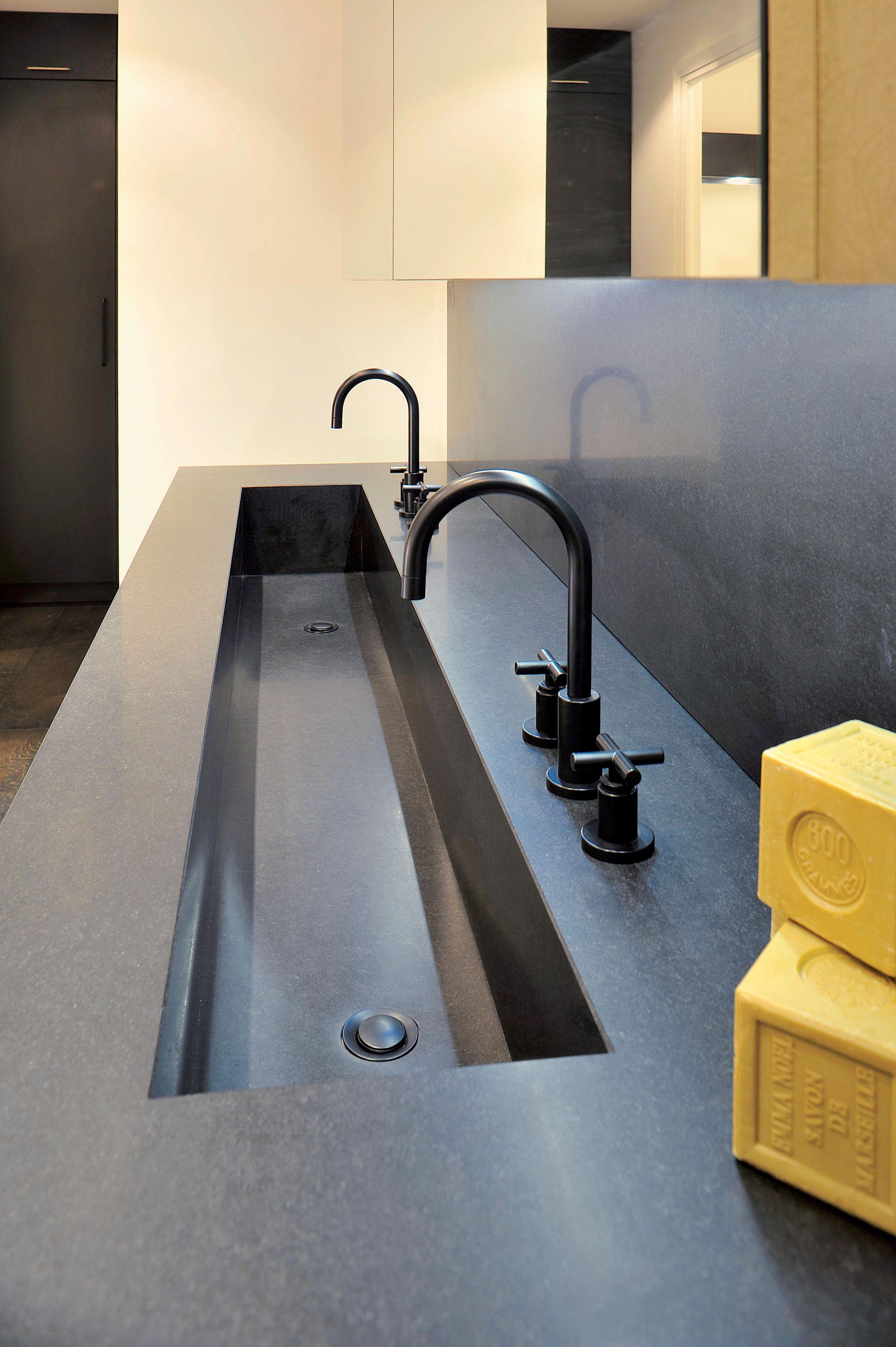 Salle de bain granit monolithique et mati res profondes for Salle de bain granit