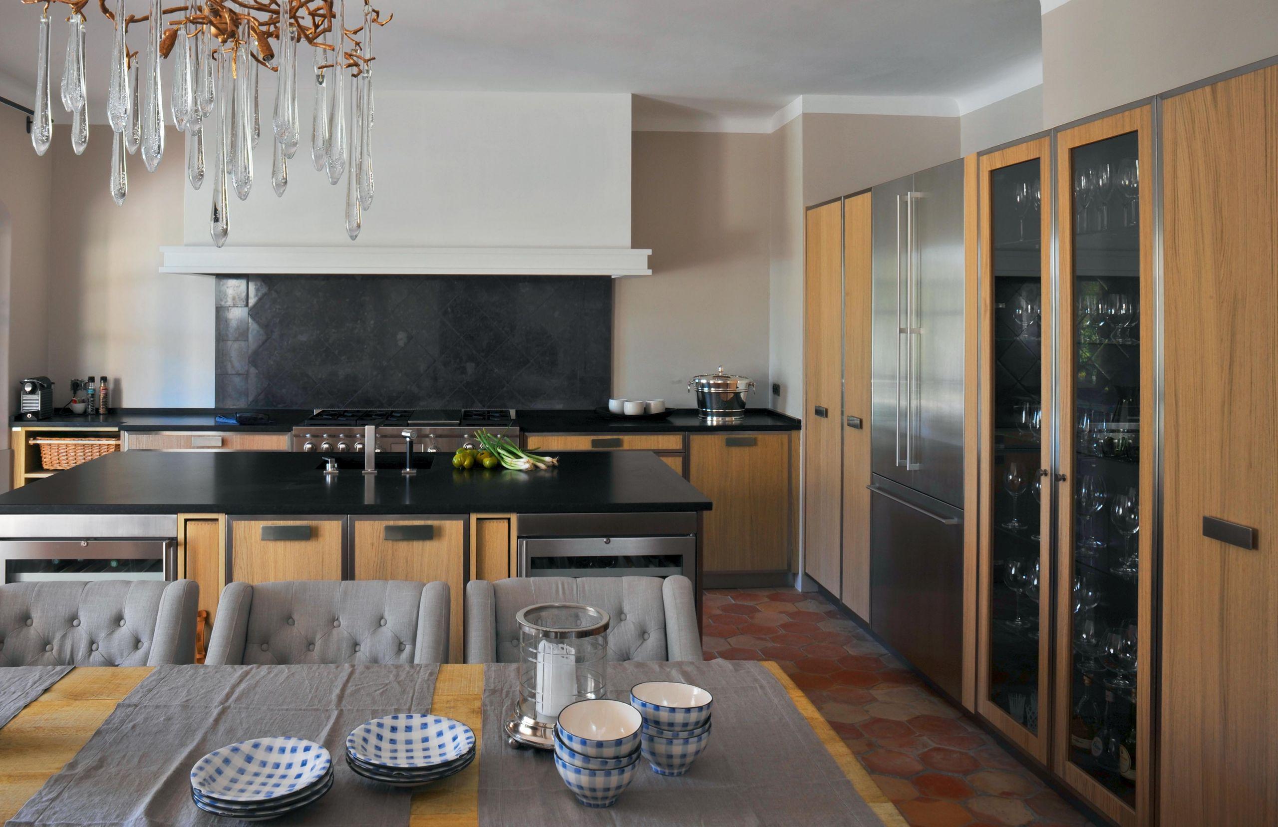 tradition et modernit se confondent pour cette cuisine ch ne et acier atelier de saint paul. Black Bedroom Furniture Sets. Home Design Ideas