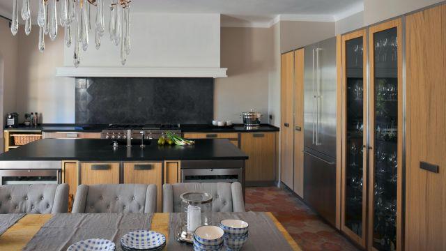 Tradition et modernité se confondent pour cette cuisine chêne et acier