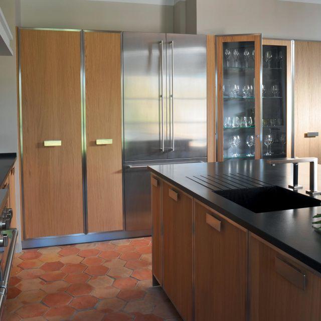 Tradition et modernité se confondent pour cette cuisine chêne et acier - 1